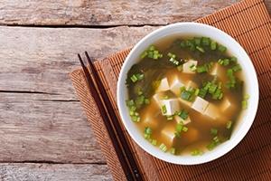 Miso soep met ei en zeewier